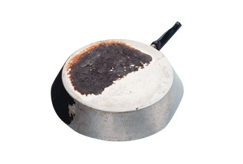 Koekenpan half gereinigd